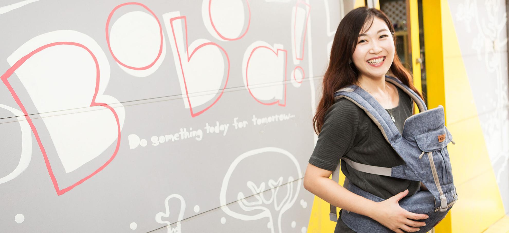 画像:店舗の前で微笑む相川さん