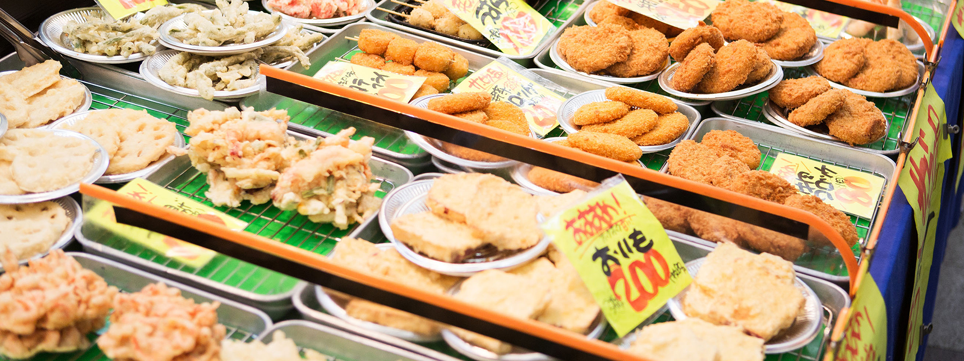 画像:黄金広場の一角で売られれている揚げ物たち