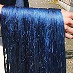 画像:藍色に染まった絹