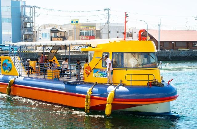 ファミリーに大人気の観光船「にじいろさかな号」の写真
