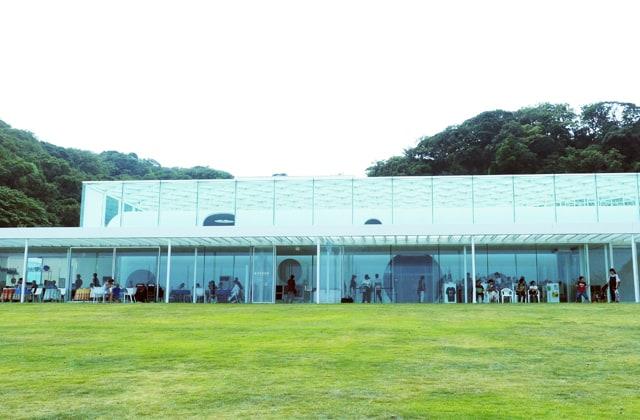 自然の中に溶け込む絶景ロケーションの横須賀美術館の写真