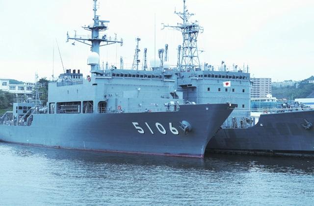 海上自衛隊の海洋観測艦「しょうなん」の画像