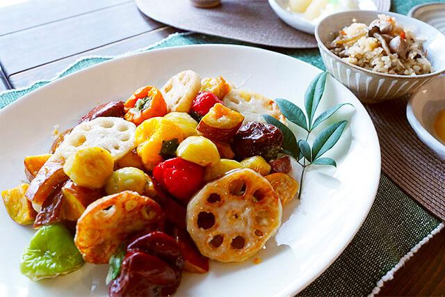 オーガニックな秋の食卓。うまみが濃い地鶏ごはんと栗・秋野菜の甘酢あん