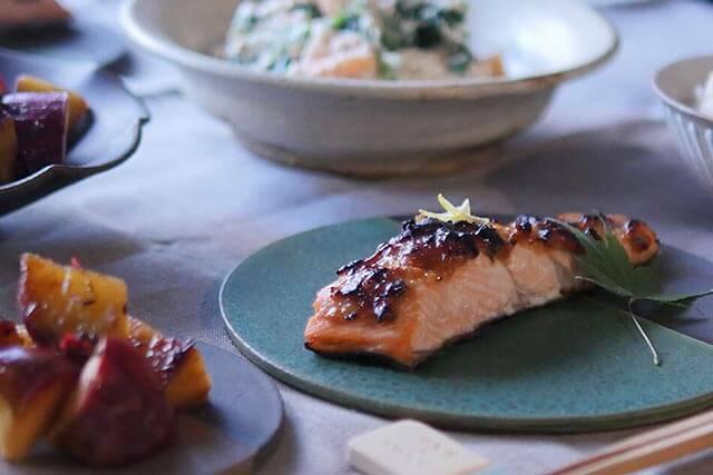 旬の鮭は、極うまゆず味噌焼き。さつまいもとりんごの温サラダ