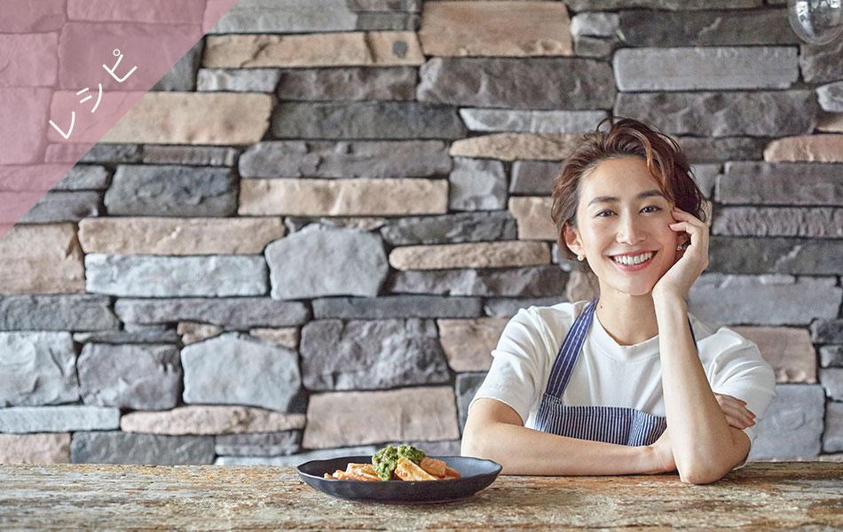 まりあさんが料理を前にして座っている写真