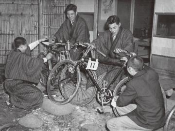 写真:宿舎で自転車の手入れをする選手たち