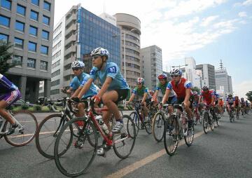 写真:2005年8月14日のツールドとうほく最終ステージのパレード走行で、仙台市中心部を走る選手たち