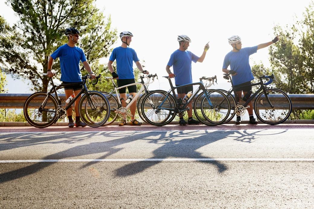 仲間同士で一列になって走っているイメージ画像