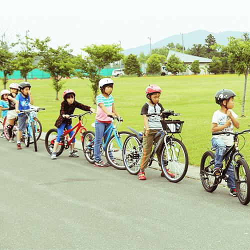 写真:自転車に乗る子どもたち