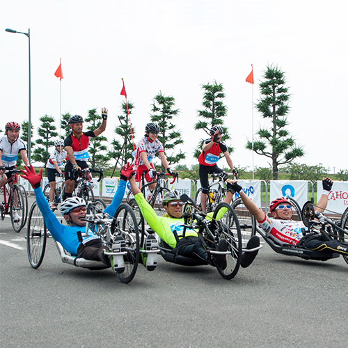 写真:ライダーと共に参加するパラサイクリスト