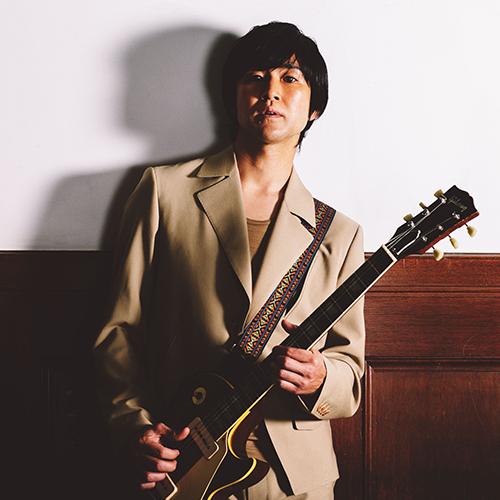 写真:ギターを持つ藤巻亮太