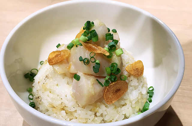 写真:ガーリックバター香るホタテチャーハン丼