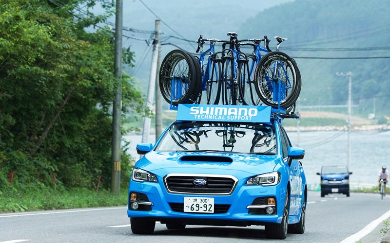 コース上を走るシマノ社のメカニックカーの写真