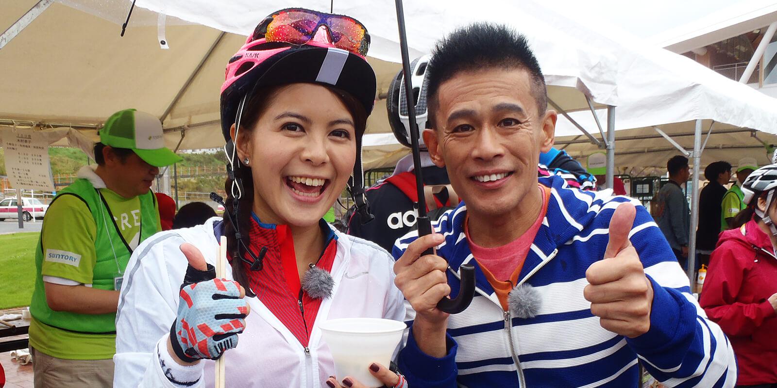 女川エイドステーションに立ち寄った台湾人タレントの林柏妤さんと、俳優の柳沢慎吾さん。