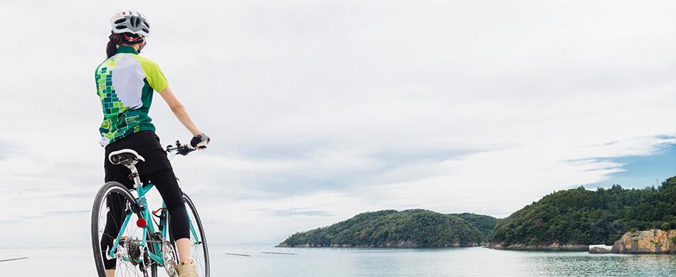 牡鹿半島を見ている女性ライダー