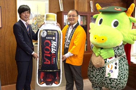 キリンビバレッジ株式会社 マーケティング部 企画・メディア担当 塩屋氏(左)から、龍ケ崎市 中山市長(中)へ贈呈。右は、ご当地キャラの「まいりゅう」