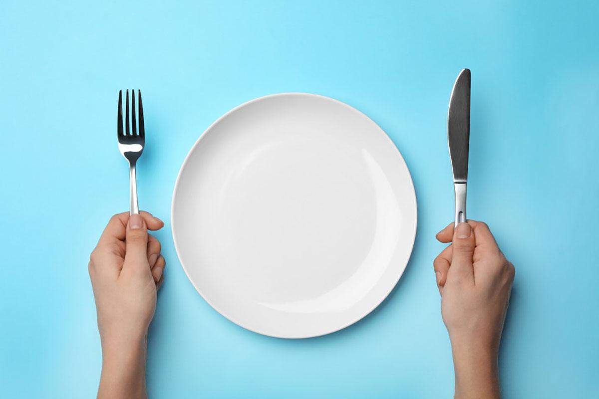 お皿に何も料理が乗っていない画像
