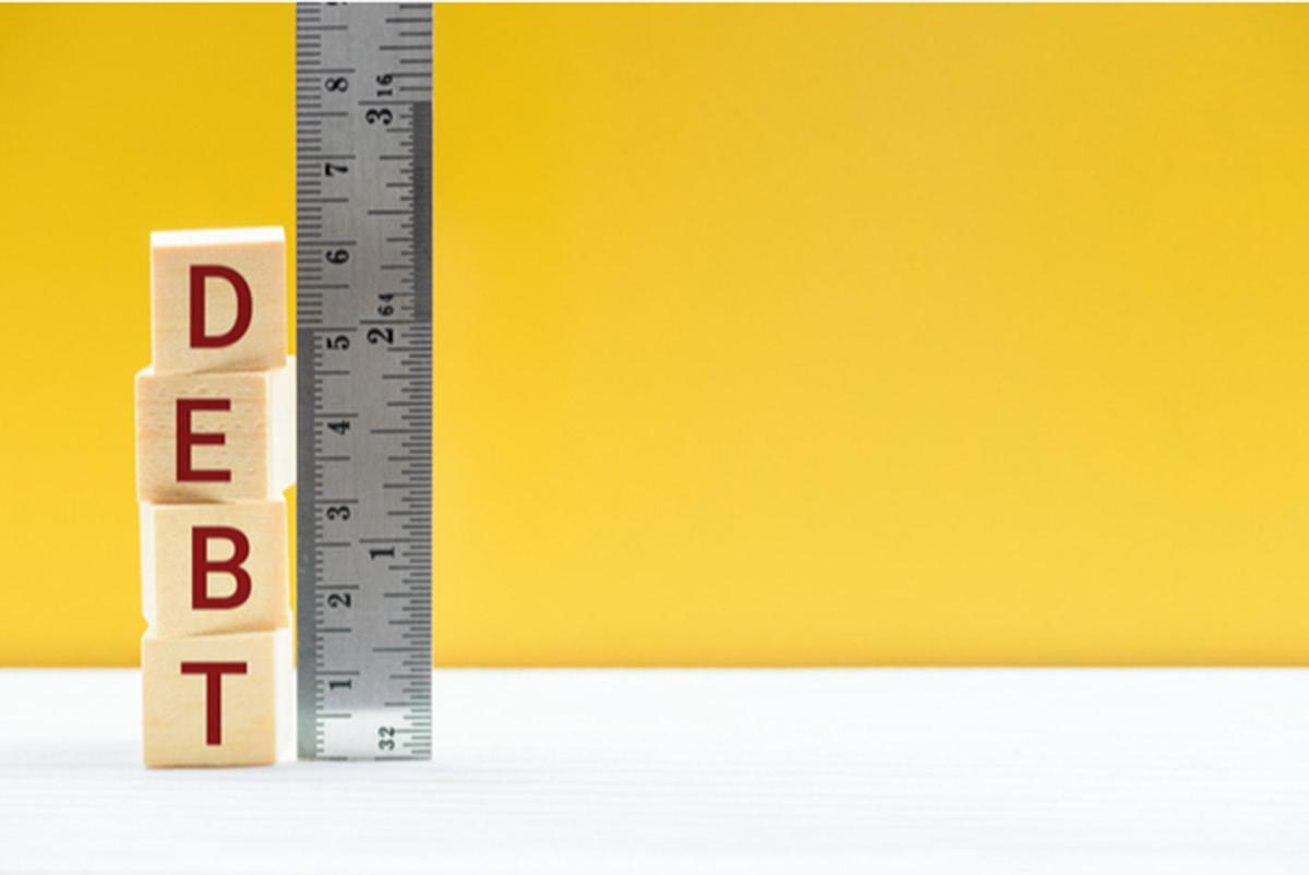 DEBTと書かれた積み木と定規が並んだ画像