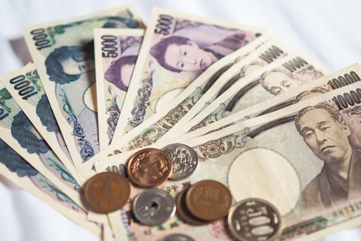 紙幣や硬貨が並んだ画像