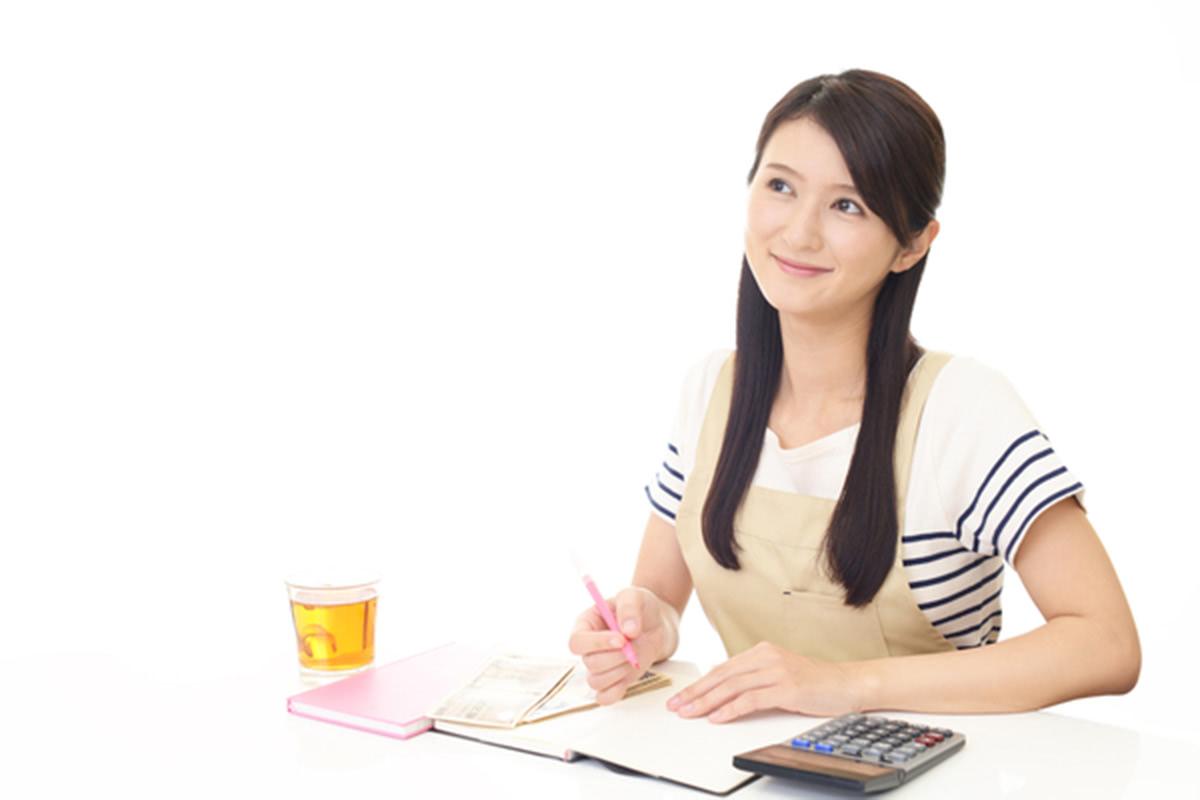 家計簿をつける女性の画像