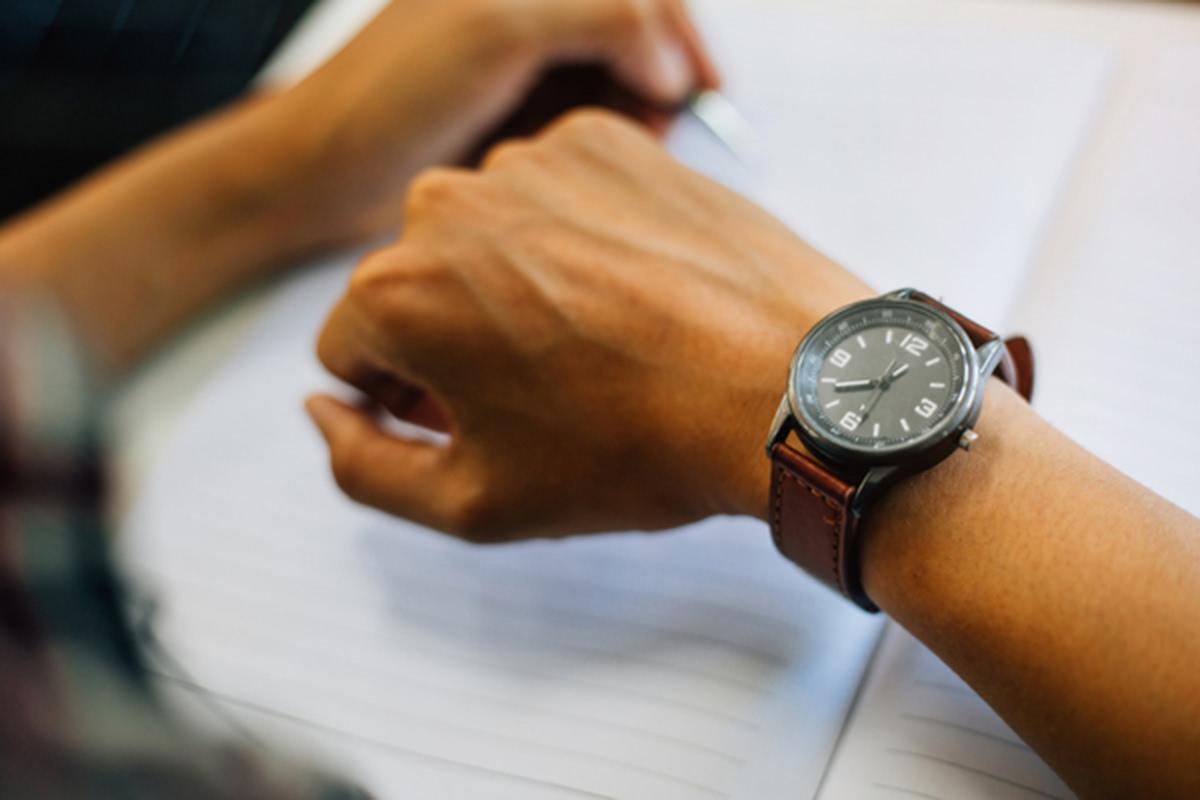 腕時計をつけた男性の手元の画像