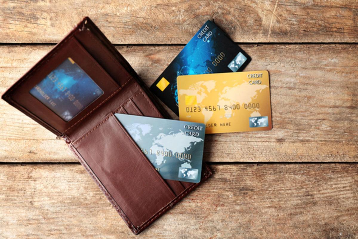 財布と複数のクレジットカードの画像
