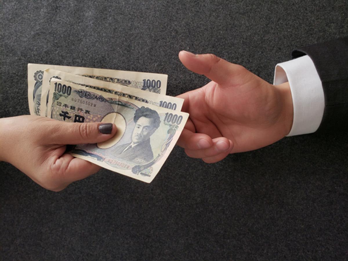 お金を手渡す手元の画像