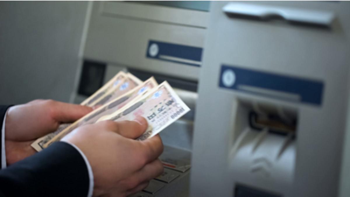 ATMでお金を引き出した手元の画像