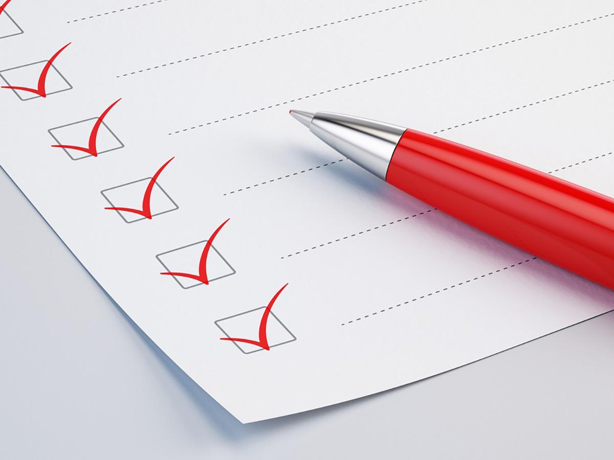 チェックリストに赤いペンでチェックが入れられている画像