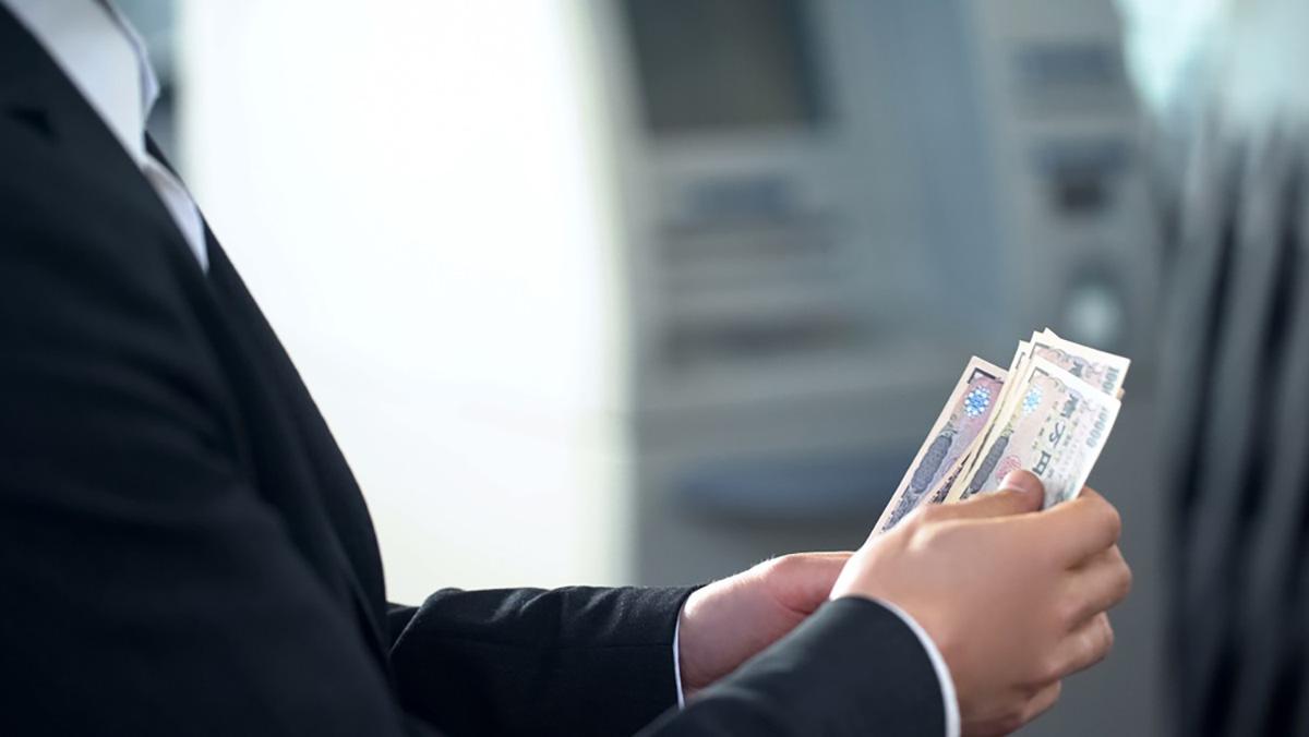 紙幣を数える男性の手元の画像