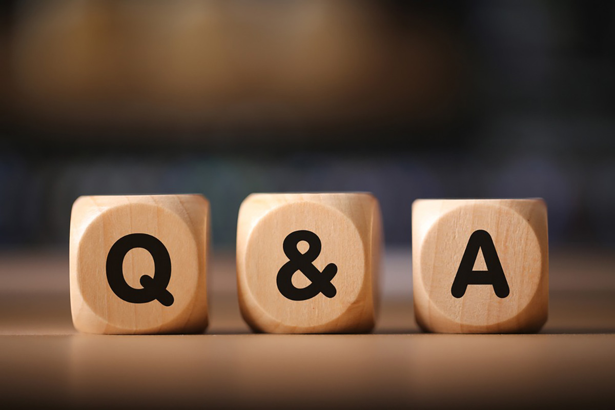 Q&Aと書かれた3個のブロックが並べられている画像