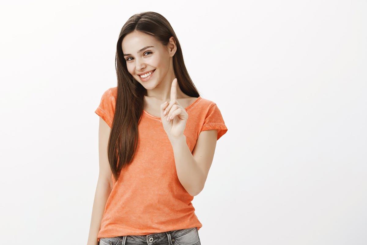 人差し指を立てている女性の画像