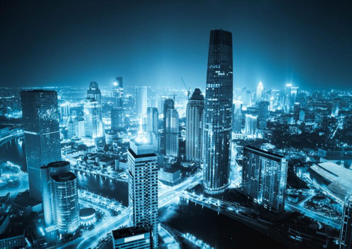 青く光った高層ビルの画像