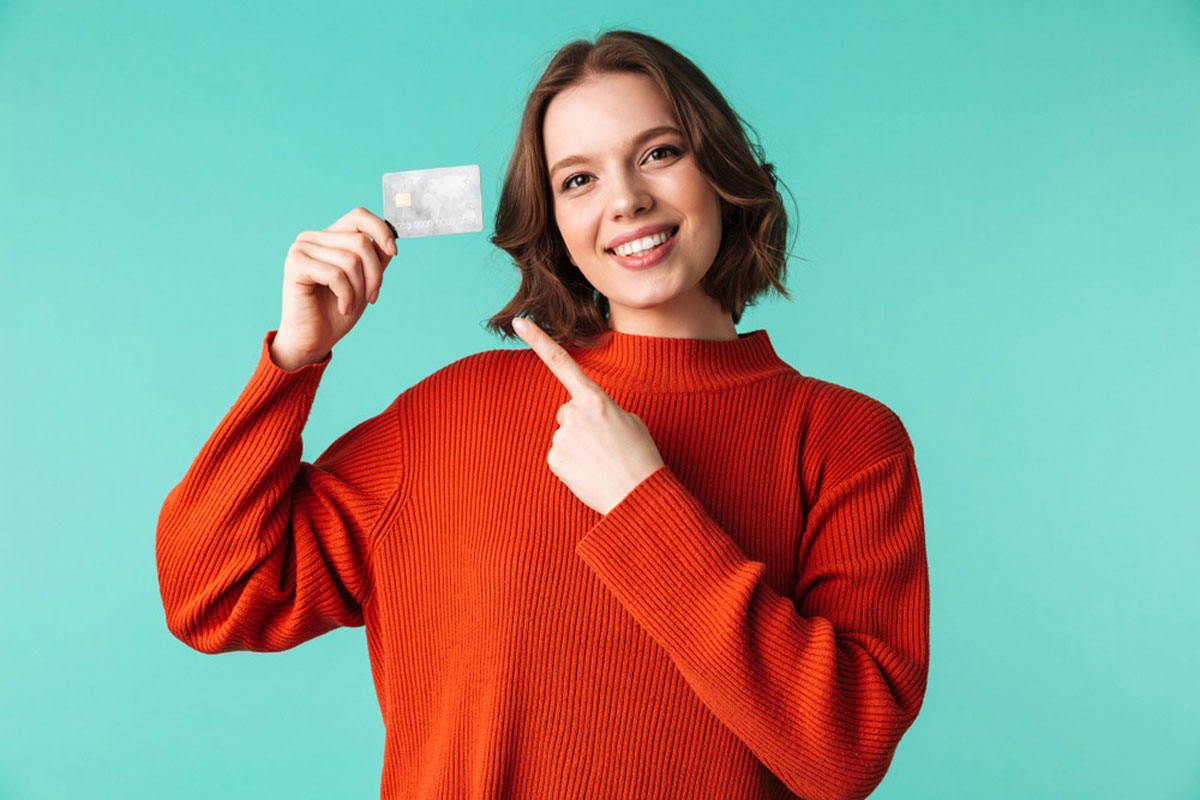カードをもって指さしている女性