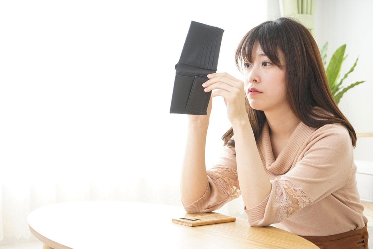 財布を眺めている女性