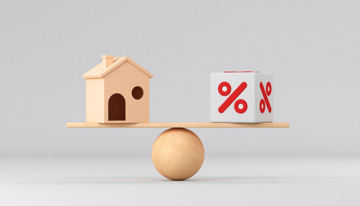 家の模型と、パーセントの模型がはかりにのっている