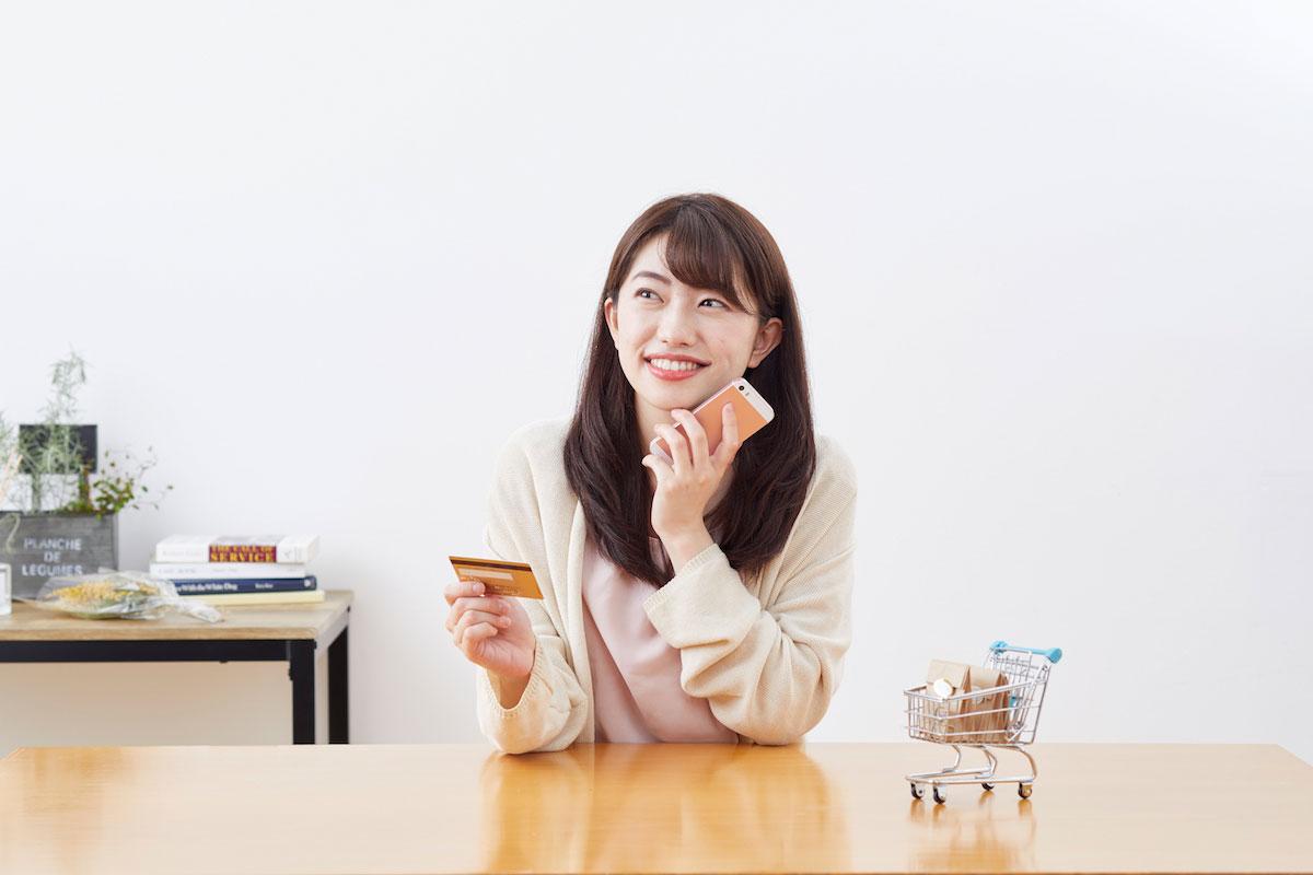 ネットショッピングをする女性の画像