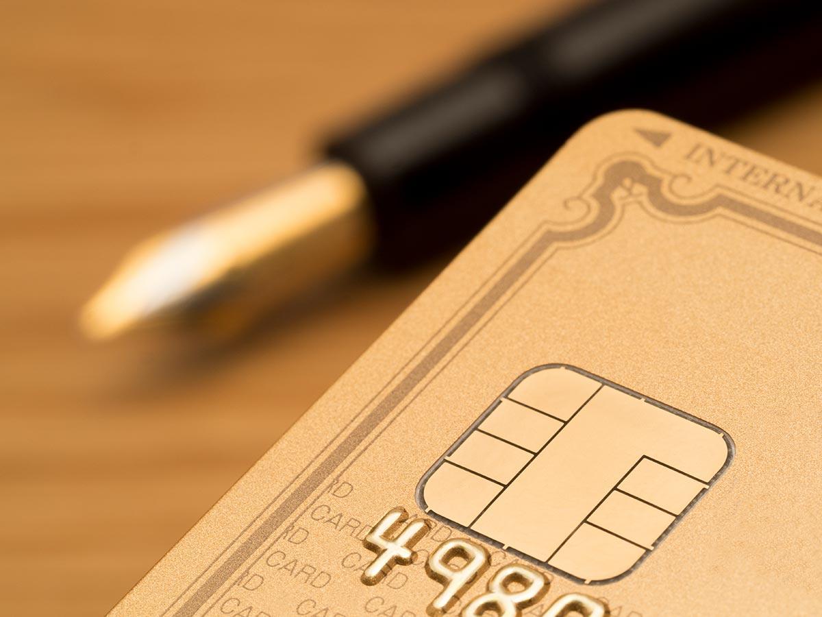 クレジットカードとボールペンの画像