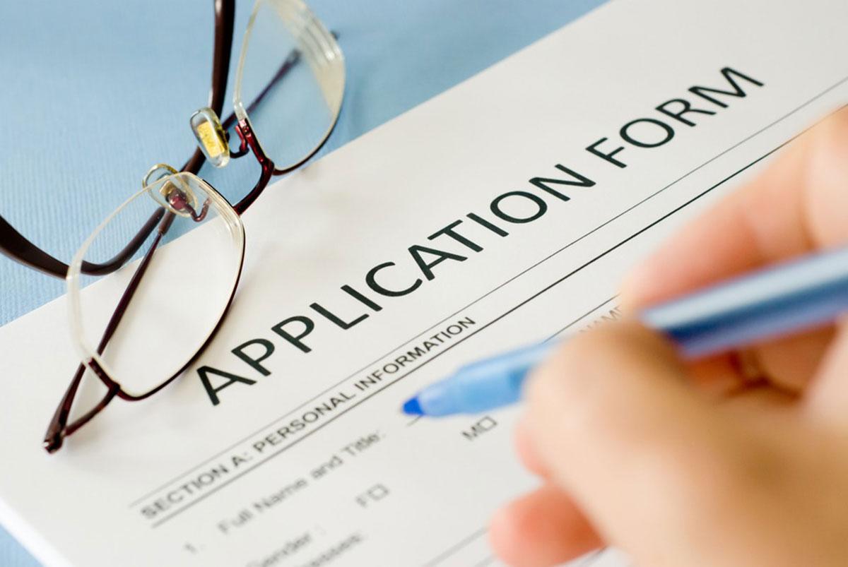 申込書に記入する手元の画像