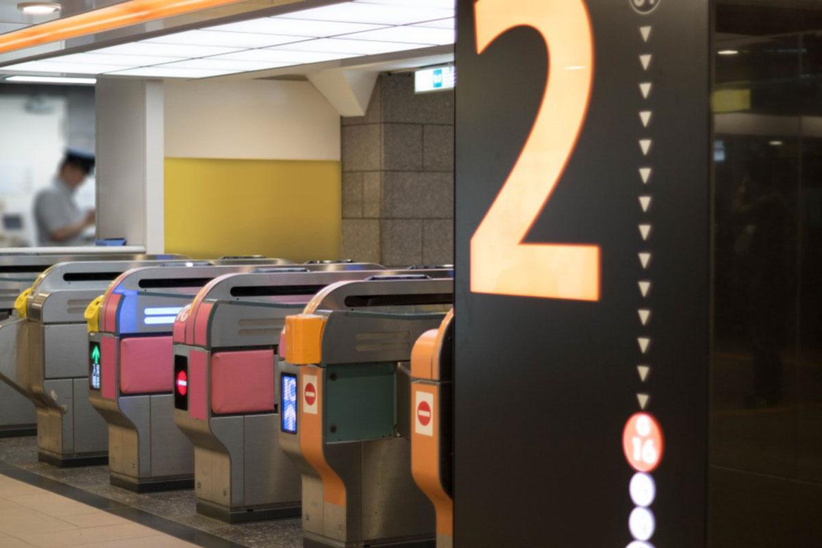 駅の改札の画像