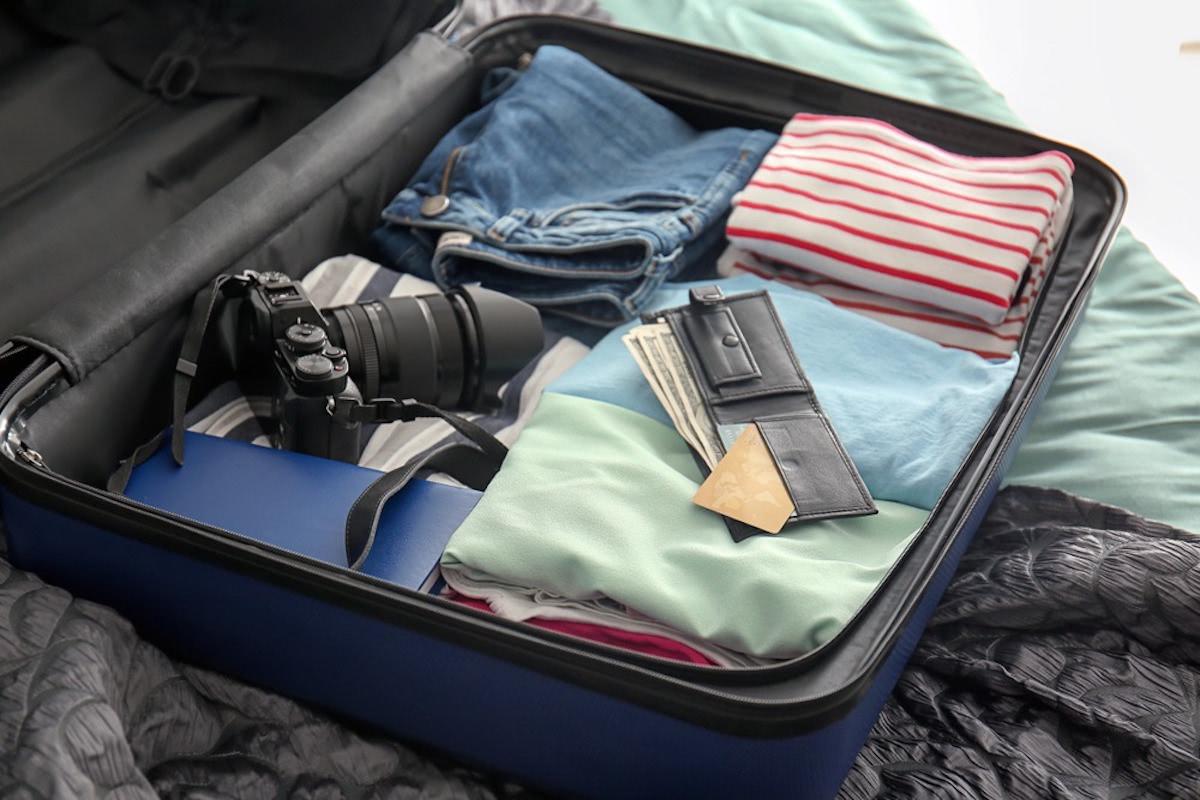 旅行バッグの中に荷物と財布が入っている画像