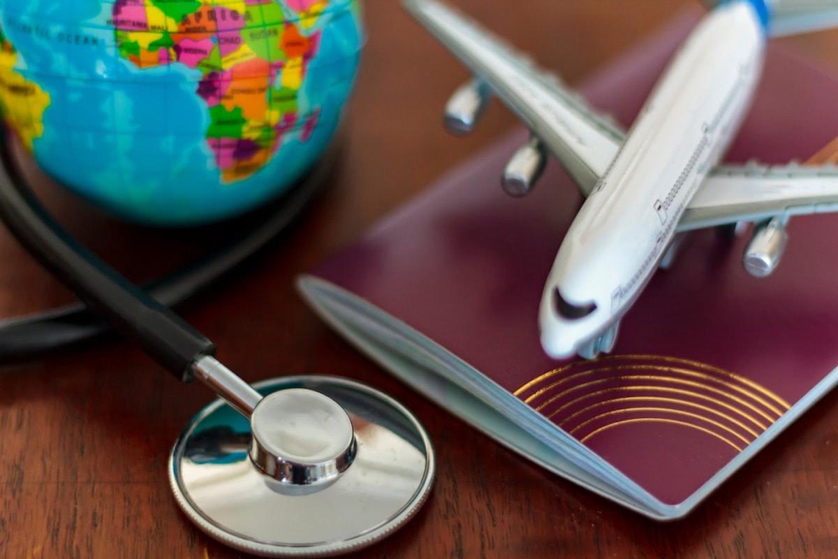 地球儀と飛行機のフィギュアと聴診器の画像