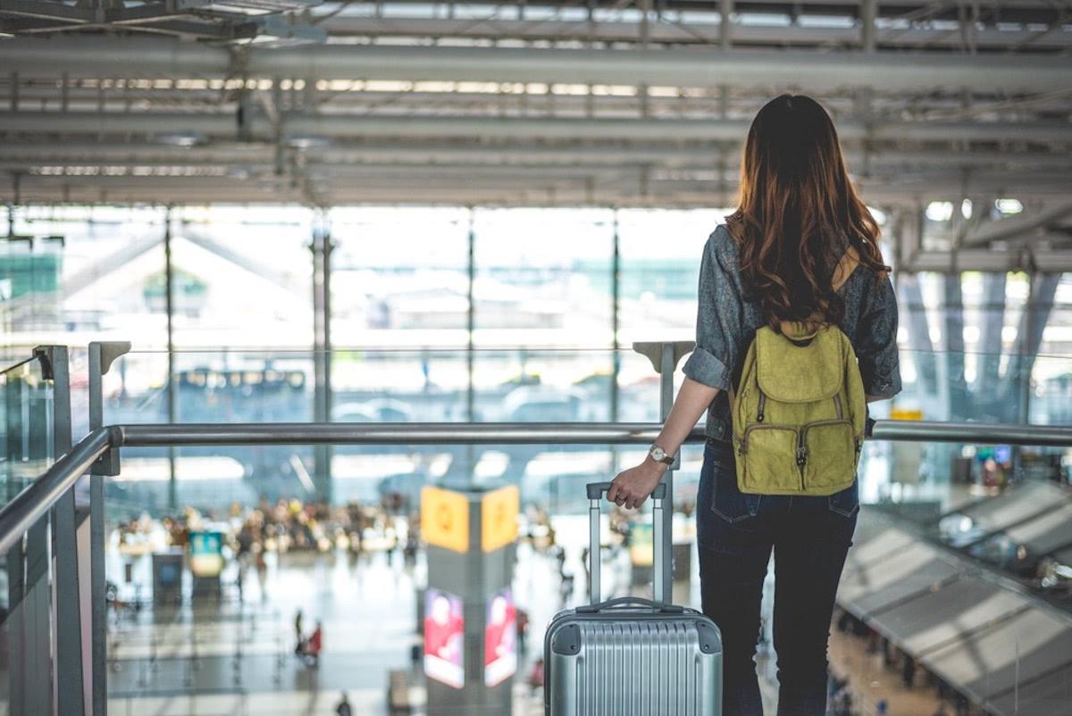 空港にいる女性の後ろ姿の画像