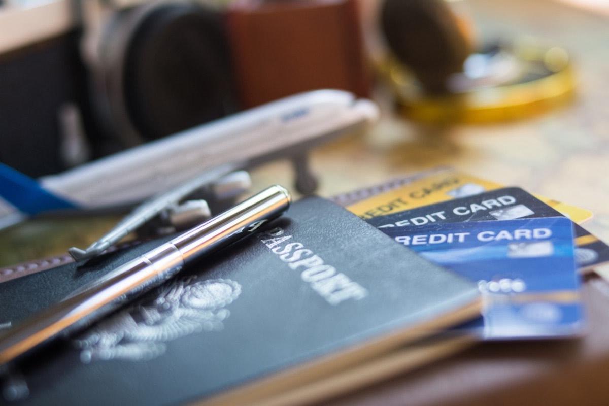 パスポートとクレジットカードが写っている画像