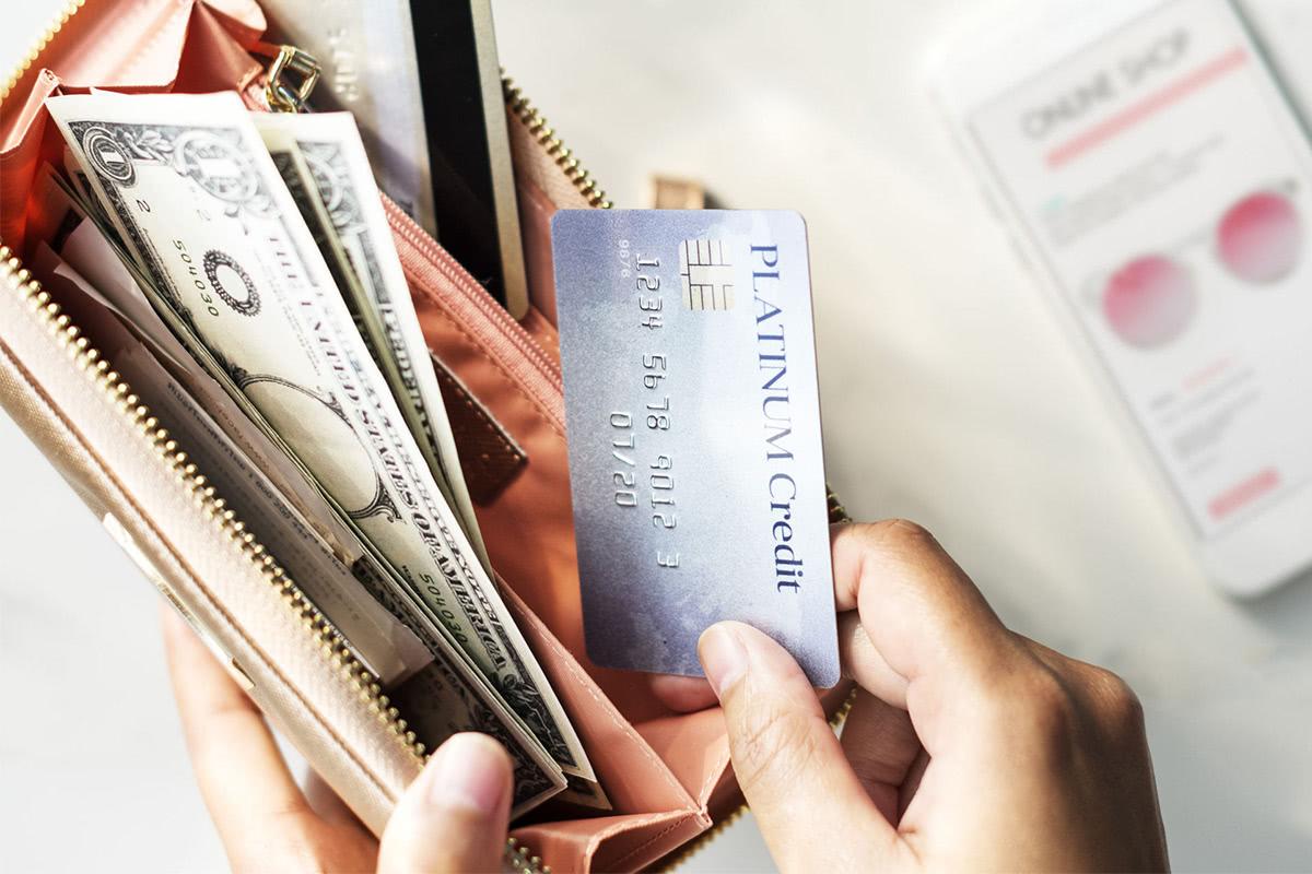 財布からカードを取り出す手元の画像