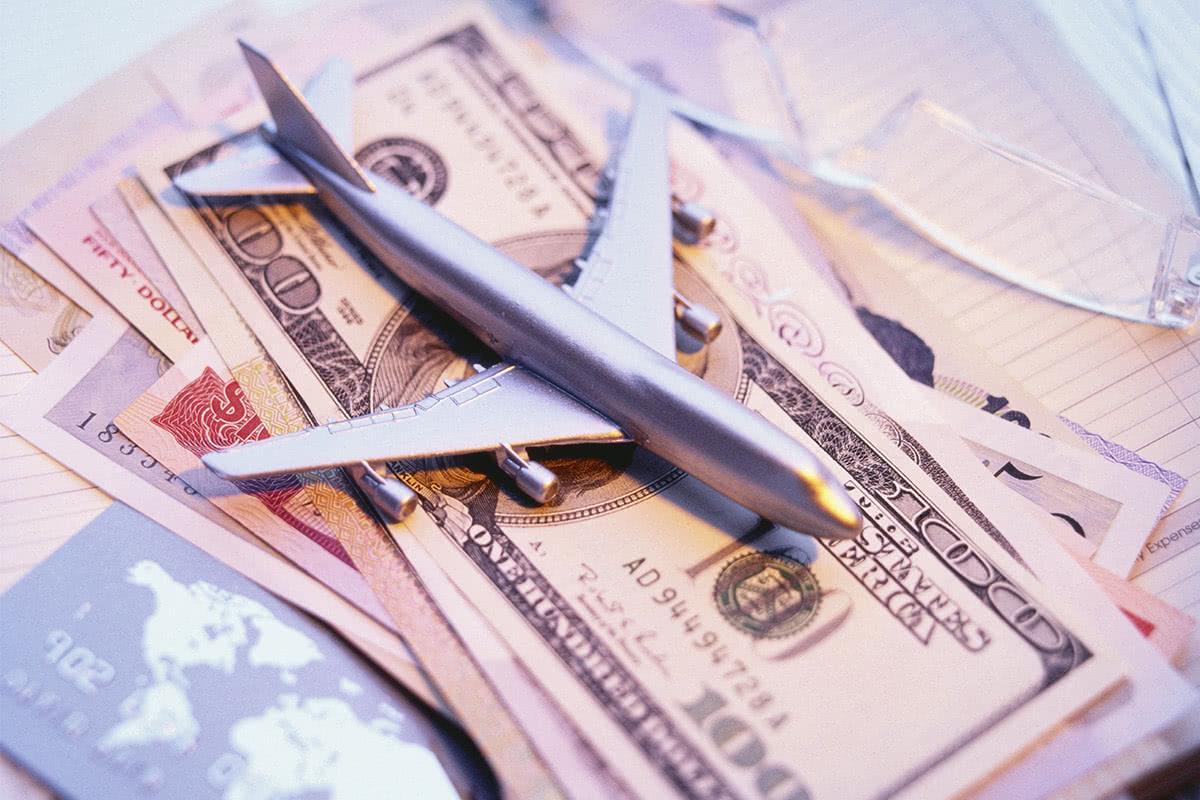 カードや紙幣の上に飛行機の模型が置かれている画像