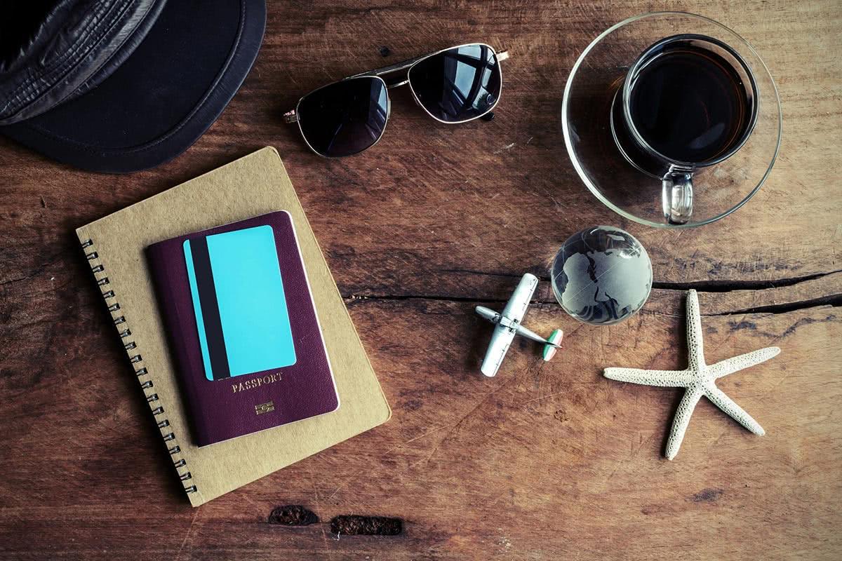 クレジットカードやパスポート、雑貨などが置かれている画像