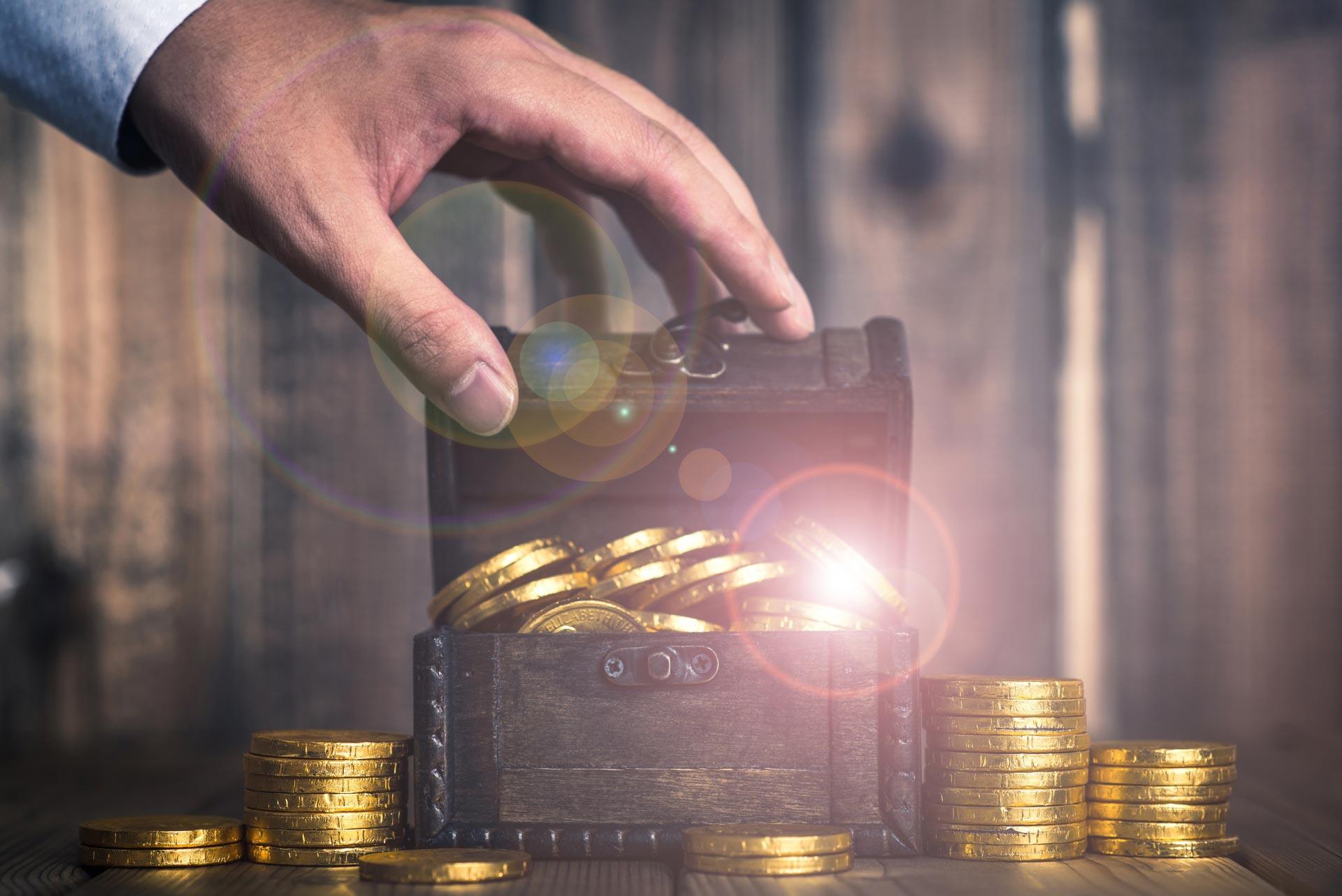 コインに手を伸ばす手元の画像
