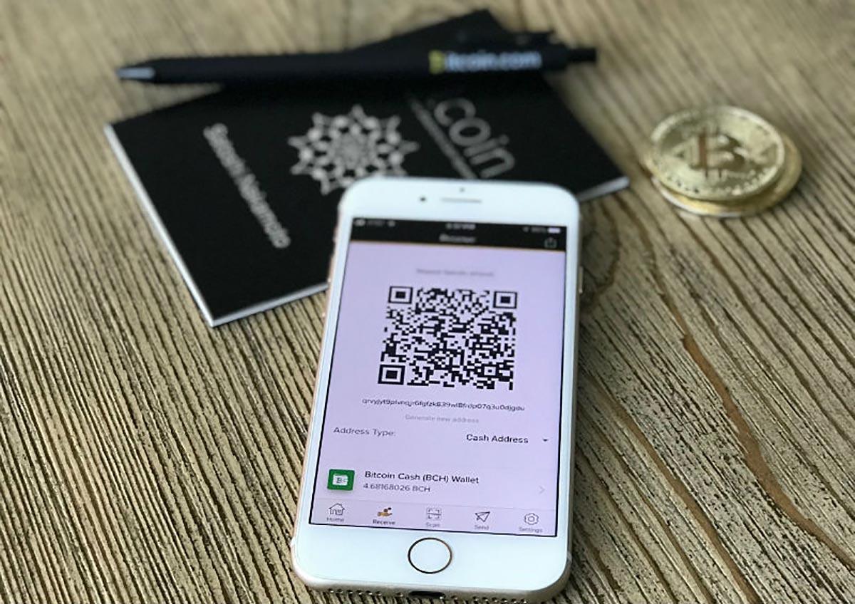 QRコードが表示されたスマートフォンの写真