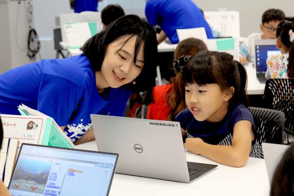 Scratchで作品作り+発表会: 作品作りを通してプログラミングの概念を学び、実践的なプログラミングを体験できます。